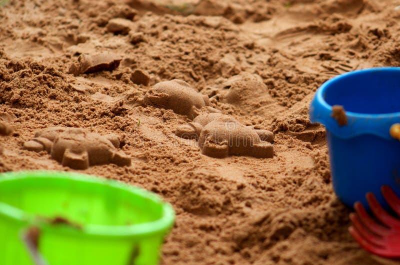 Teddy Shapes Made im Sand durch ein Kind stockfotos