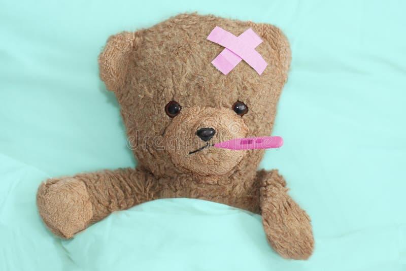 Teddy is ziek stock afbeelding