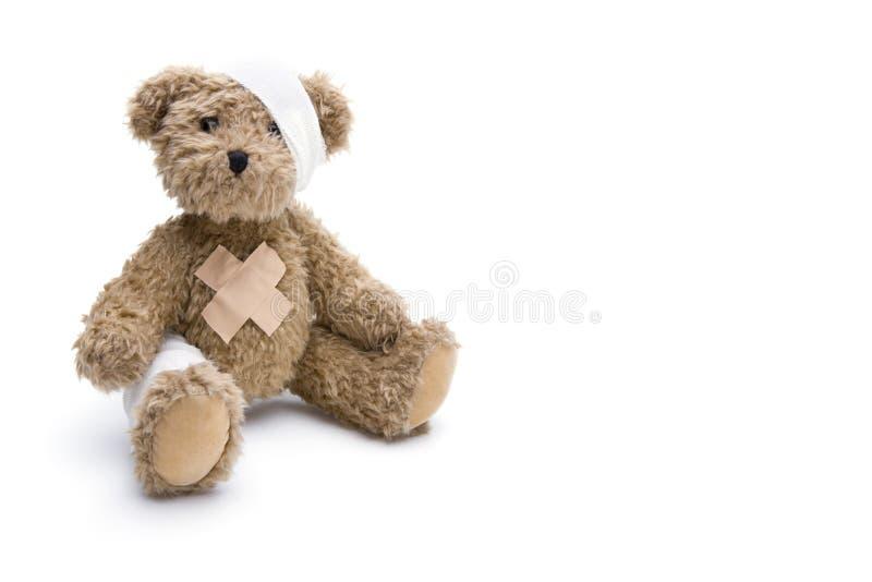Teddybär mit Verband lizenzfreie stockbilder