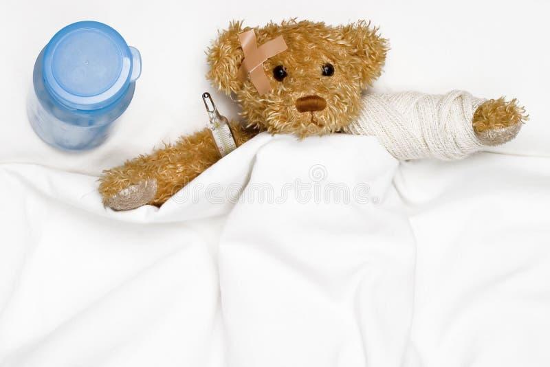 Teddybär als Patient stockfotografie