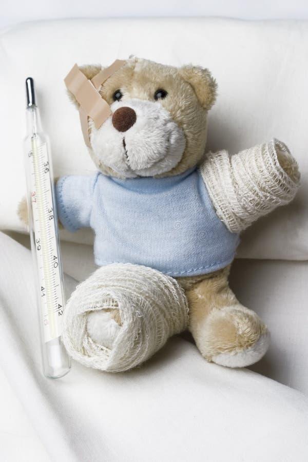 Teddybär als Patient stockfotos