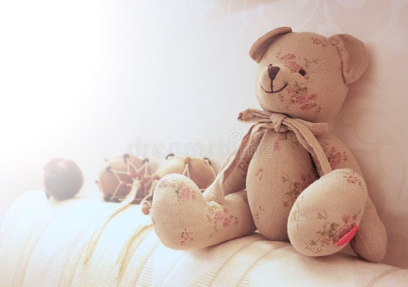 Teddybär betreffen die Kopfende, die maracas und den Spielzeugapfel lizenzfreies stockbild