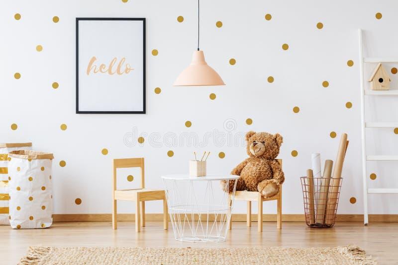 Teddybär betreffen kleinen Stuhl lizenzfreie stockfotografie
