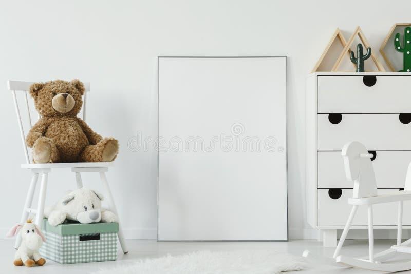 Teddybär betreffen weißen Stuhl nahe bei weißem Plakat mit Modell in ch lizenzfreie stockfotografie
