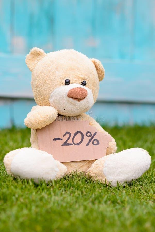 Teddybär, der Pappe mit Informationen -20% hält stockbilder