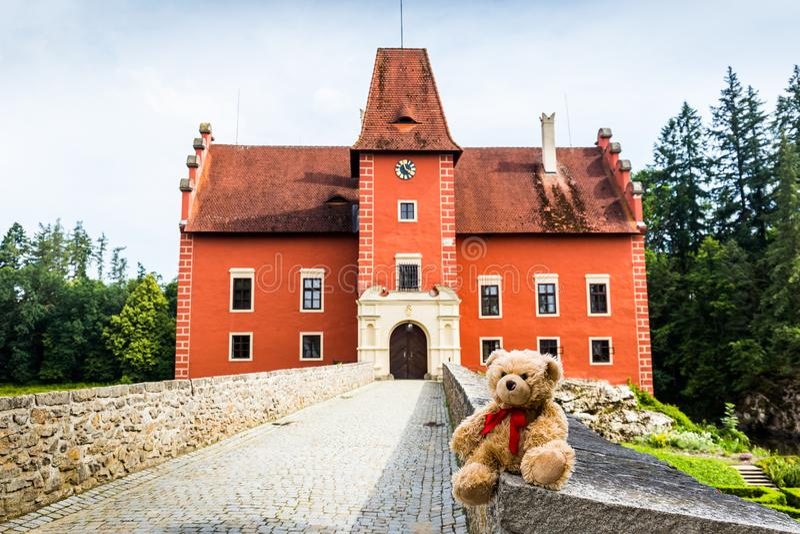 Teddybär Dranik nahe Schloss Cervena Lhota stockbilder