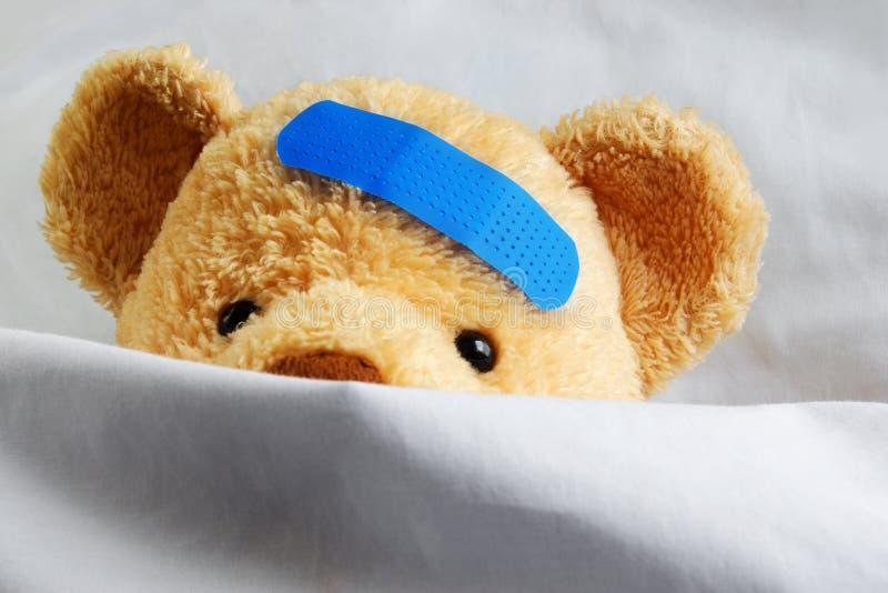 Teddybär im Bett stockbild