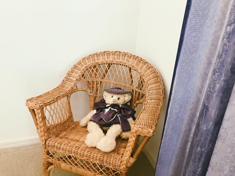 Teddybär im Stuhl stockbilder