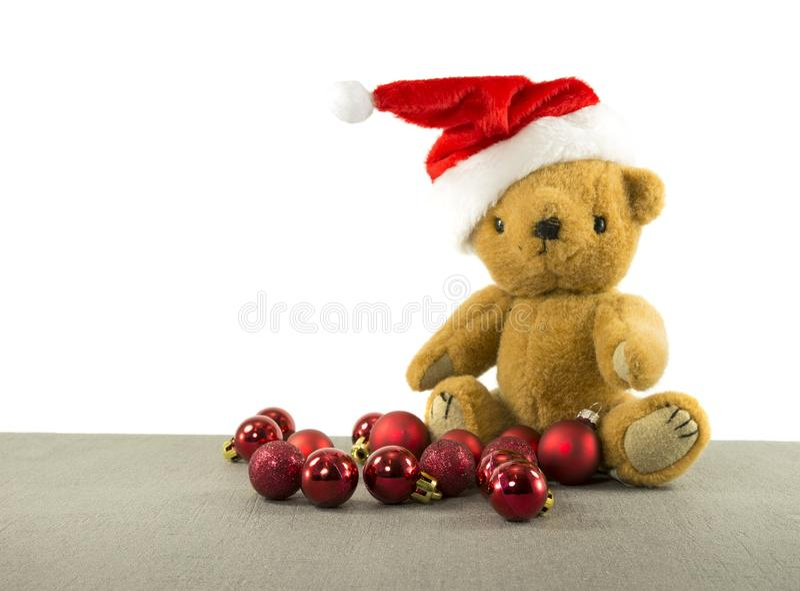 Teddybär mit roten chritmas Bällen lizenzfreie stockfotografie