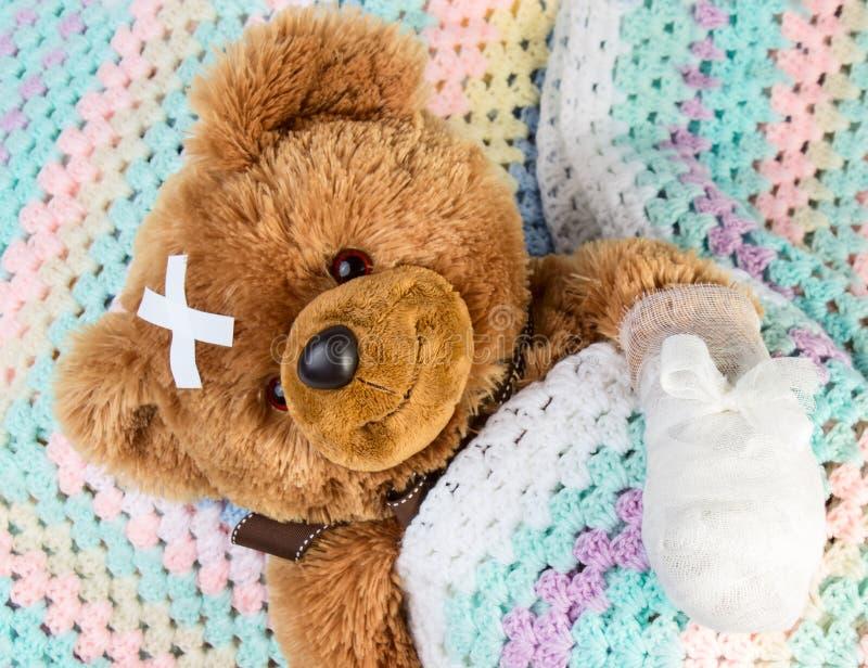 Teddybär mit Verband stockbilder