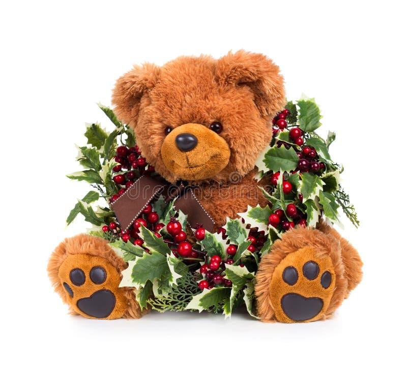 Teddybär mit Weihnachtskranz stockbild