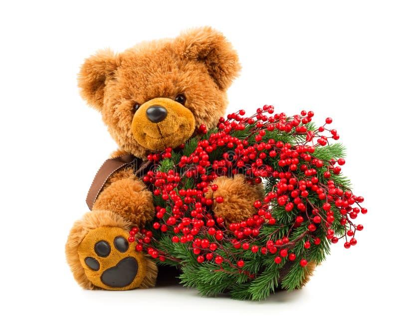 Teddybär mit Weihnachtskranz lizenzfreies stockfoto