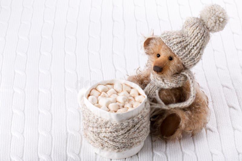 Teddybär und eine Schale heiße Schokolade stockfoto