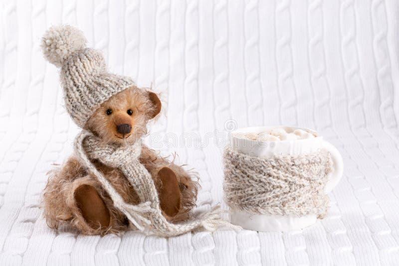 Teddybär und eine Schale heiße Schokolade stockbild