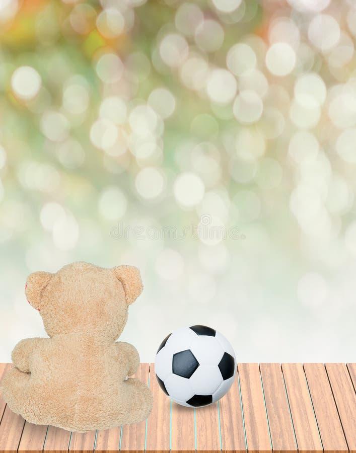 Teddybär und Fußball lizenzfreie stockfotos