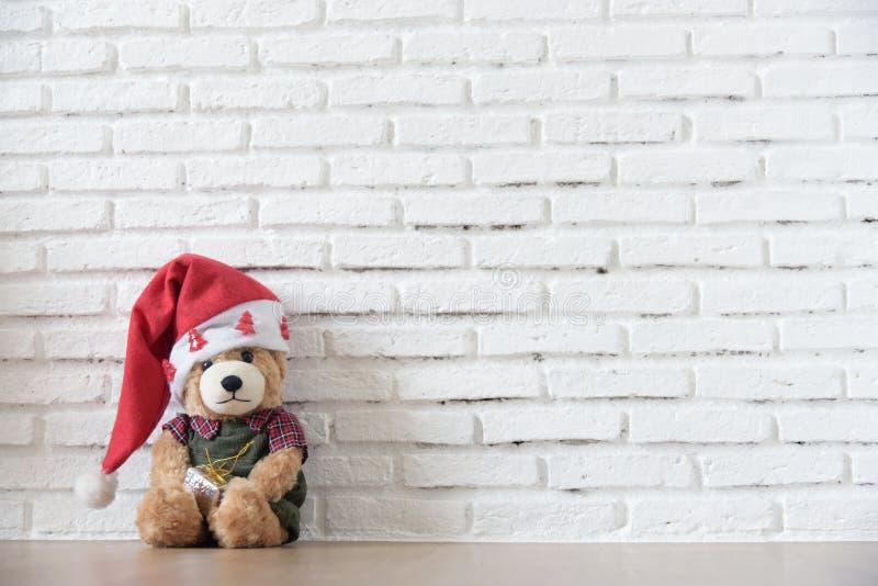 Teddybärabnutzung Weihnachtshut stockfotos
