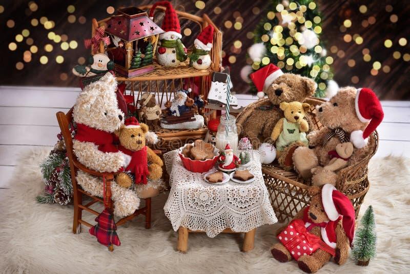 Teddybärfamilie zur Weihnachtszeit mit Milch und Plätzchen lizenzfreie stockfotos