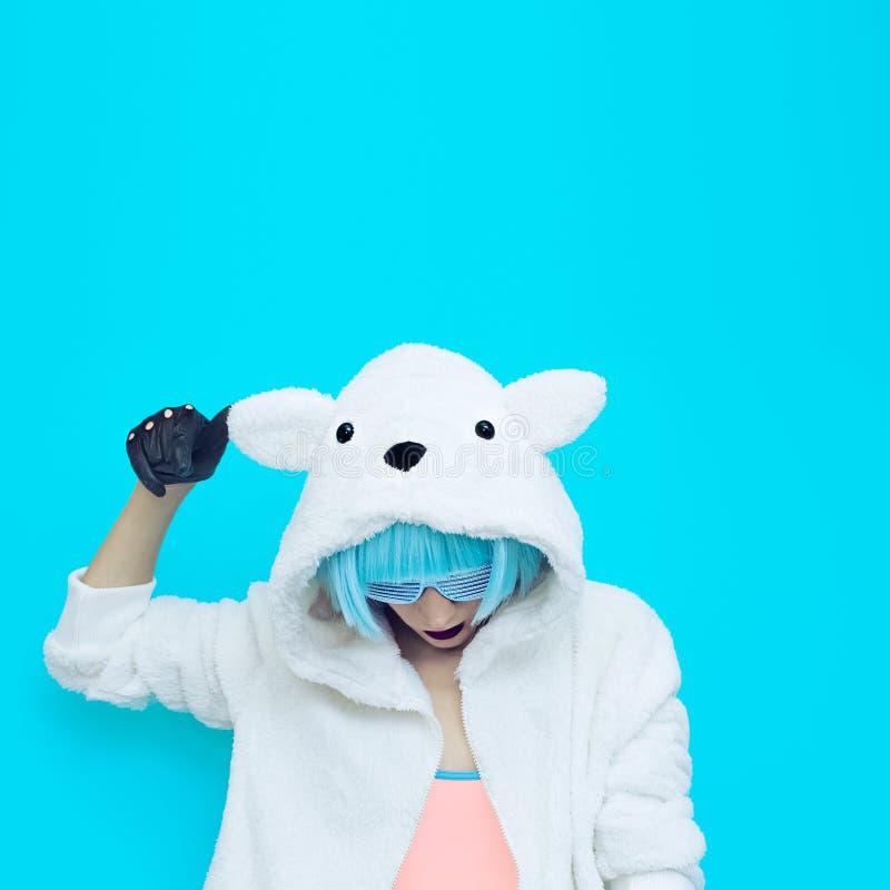 Teddybärmädchen auf einem blauen Hintergrund Verrückte Winterpartei Club d lizenzfreie stockfotos