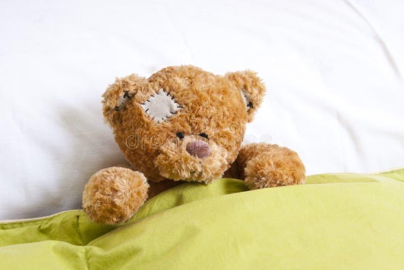 Teddybeer in bed stock fotografie