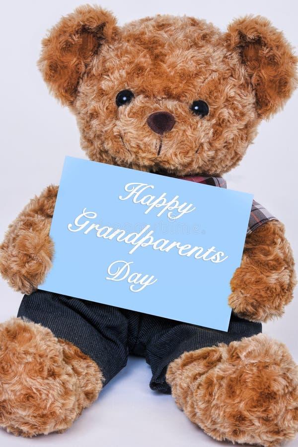 Teddybeer die blauw teken houden die Gelukkige Grootoudersdag zeggen royalty-vrije stock fotografie