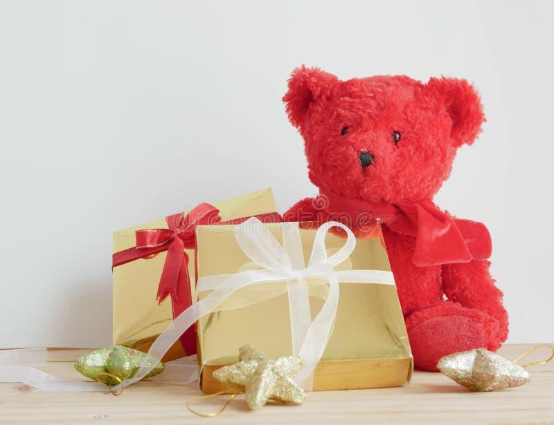 Teddybeer en giftdozen met sterren op de houten raad stock foto's