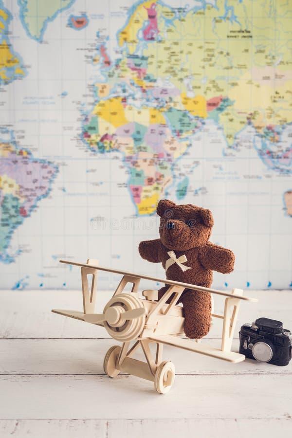 Teddybeer en houten stuk speelgoed vliegtuig tegen met copyspace royalty-vrije stock foto's