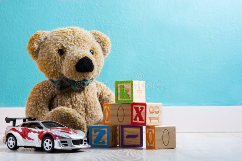 Teddybeer en speelgoed in een baby` s ruimte stock fotografie