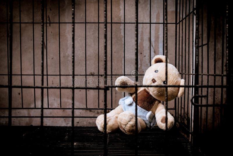 Teddybeer in gevangenis stock afbeelding