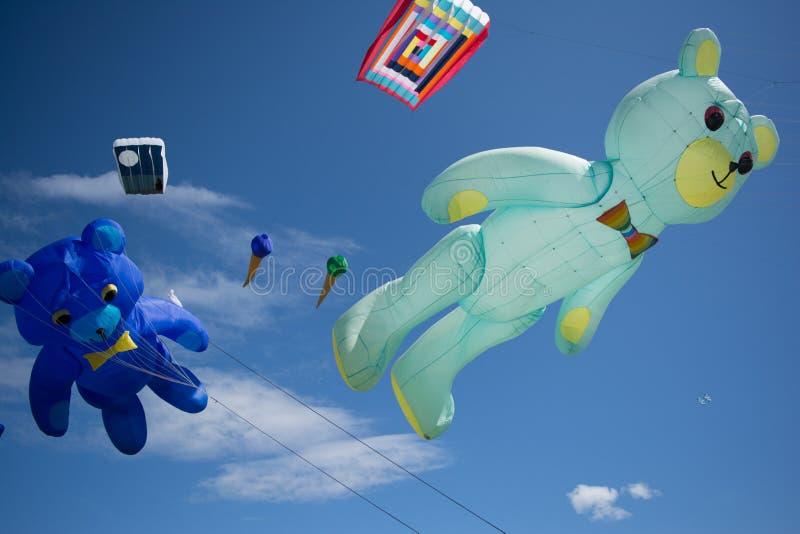 Teddybeer gevormde vliegers stock afbeeldingen