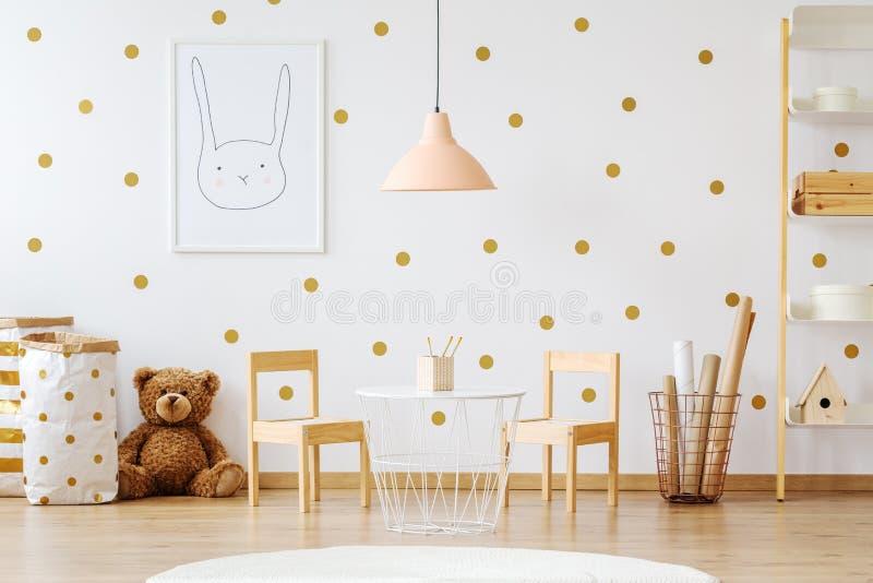 Teddybeer in kind` s ruimte stock foto's