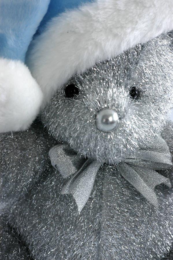 Teddybeer Met De Blauwe Hoed Van De Kerstman Royalty-vrije Stock Foto's