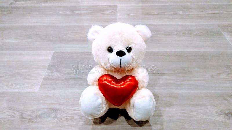 Teddybeer met liefdesymbool stock fotografie