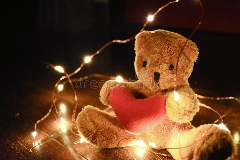 Teddybeer met warm geleid licht stock afbeelding