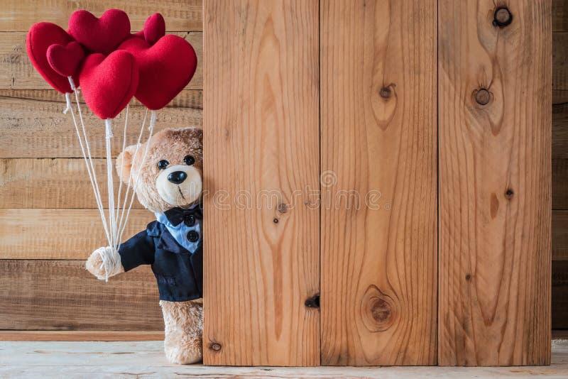 Teddybeerholding hart-vormige ballon stock foto