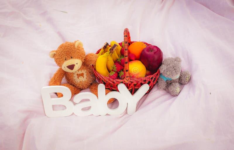 Teddyes con las frutas imagen de archivo