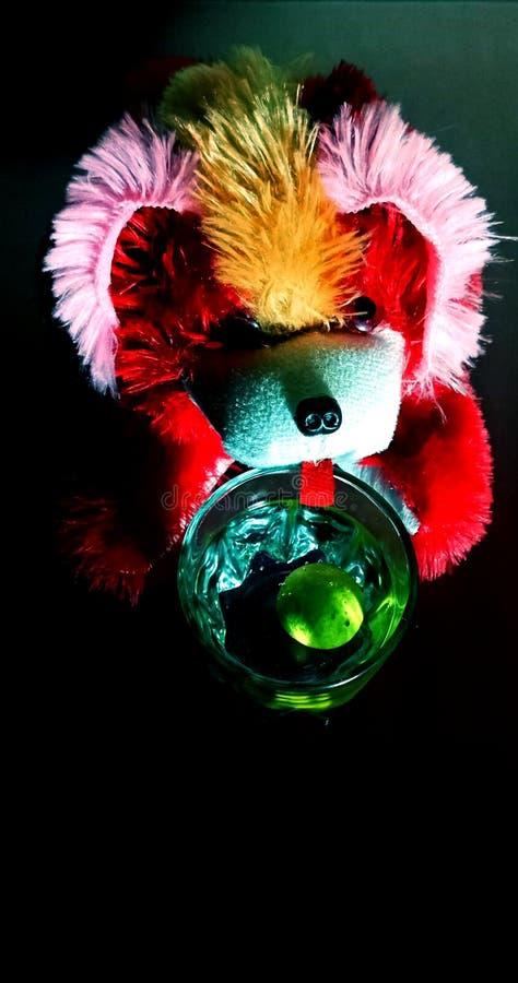 Teddyhond het drinken de voorraadfoto van het citroenwater royalty-vrije stock afbeelding