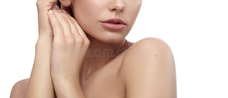 Teder bebouwd frontview van model wat betreft haar gezicht en hals stock foto