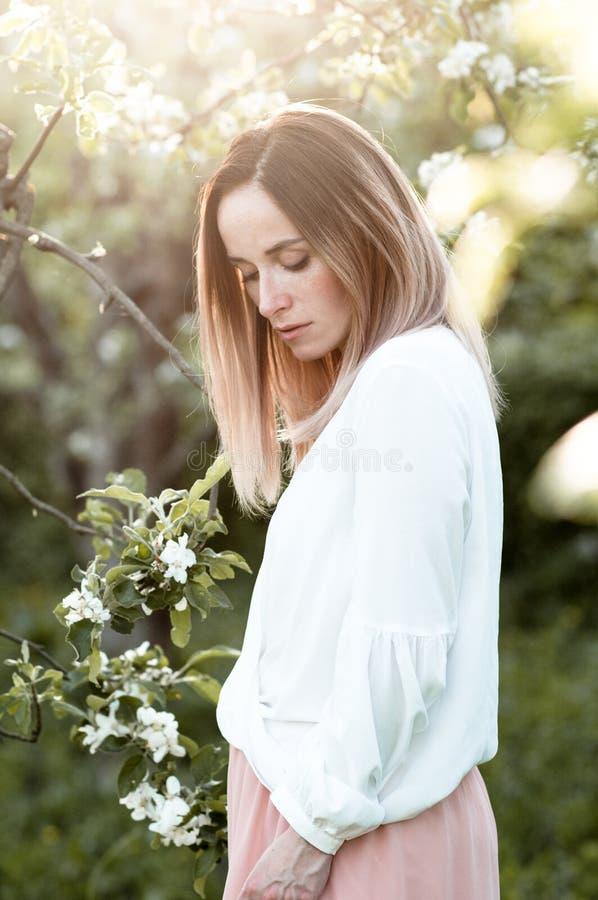 Teder de lenteportret van een meisje stock afbeelding