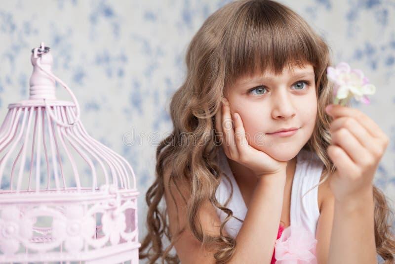 Teder dromerig romantisch meisje dat bloem bekijkt royalty-vrije stock foto's