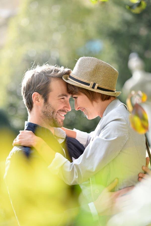 Teder houdend van paar die in openlucht omhelzen stock foto's