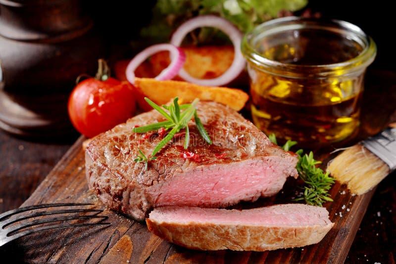 Teder mager medaillon van zeldzaam geroosterd rundvleeslapje vlees royalty-vrije stock afbeeldingen