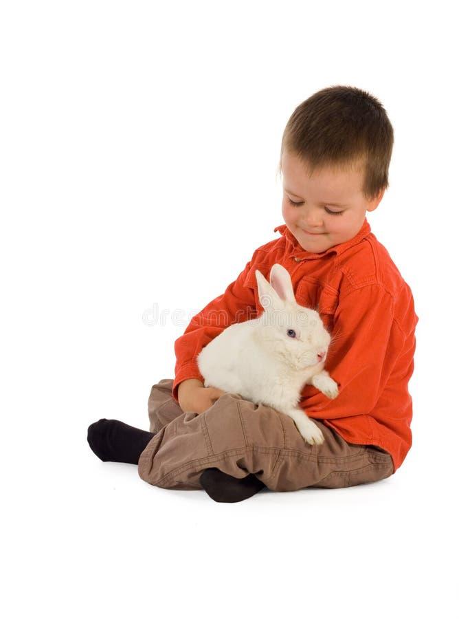 Teder ogenblik met een konijntje stock fotografie