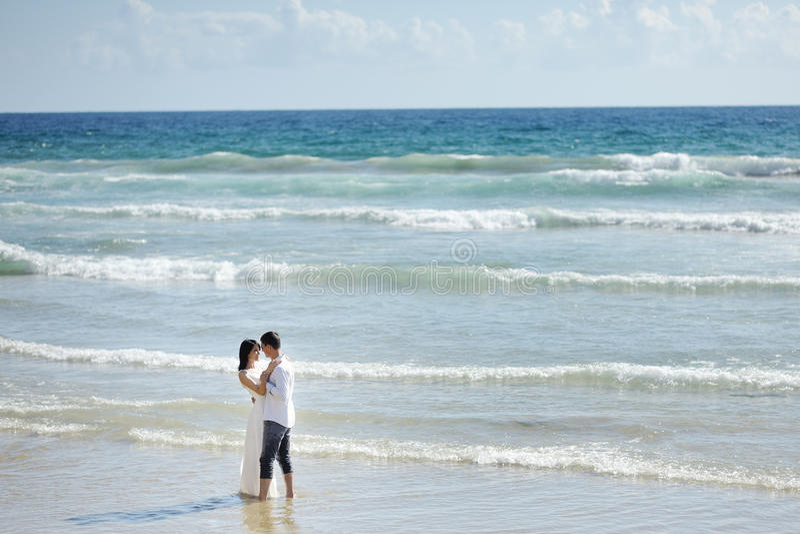 Teder paar op het strand van Sperlonga, Italië royalty-vrije stock afbeelding