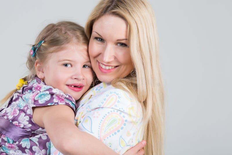 Teder portret van moeder en dochter stock afbeeldingen