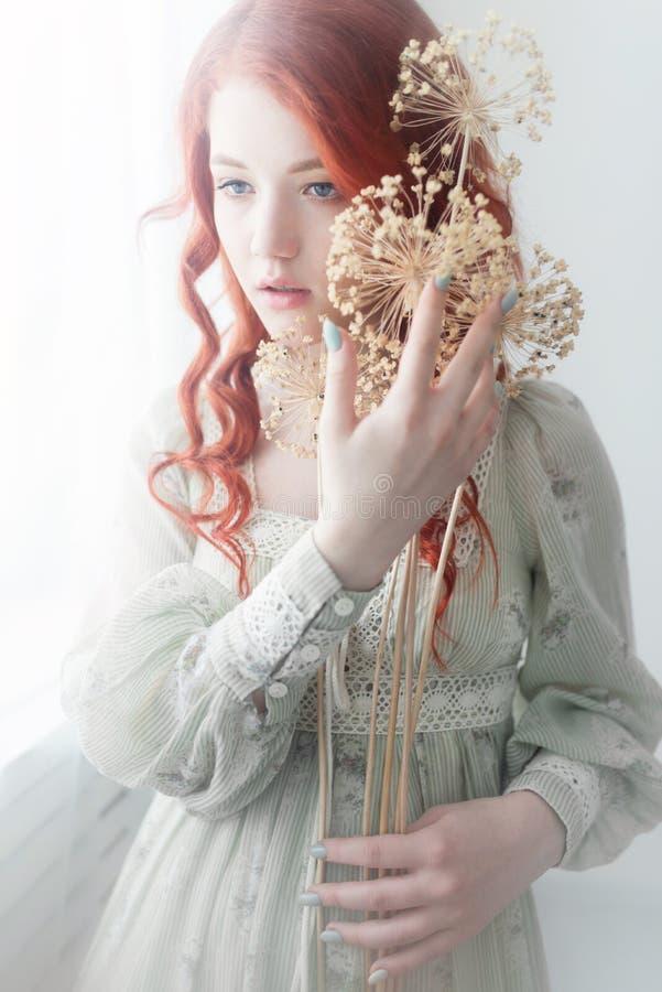Teder retro portret van een jonge mooie dromerige roodharigevrouw stock foto's