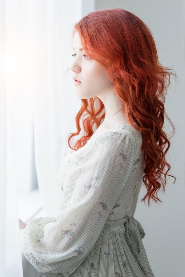 Teder retro portret van een jonge mooie dromerige roodharigevrouw royalty-vrije stock fotografie