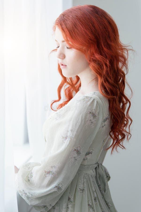 Teder retro portret van een jonge mooie dromerige roodharigevrouw stock fotografie