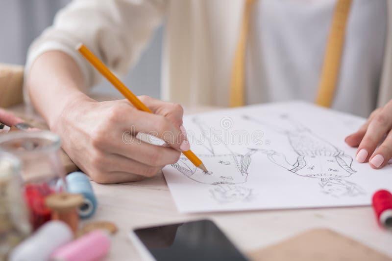 Tedere vrouwelijke meer couturier tekeningsschets stock fotografie