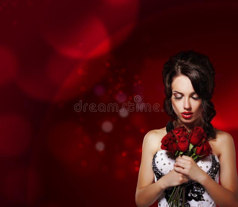 Tederheid. Dromerige Vrouw met Boeket van Bloemen over Purpere Achtergrond stock fotografie