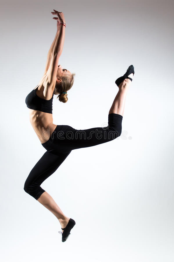 Tederheid, gunst, melodie en plastiek van gymnastiek- meisje Gunstsprong in de lucht van aardig jong meisje royalty-vrije stock afbeeldingen